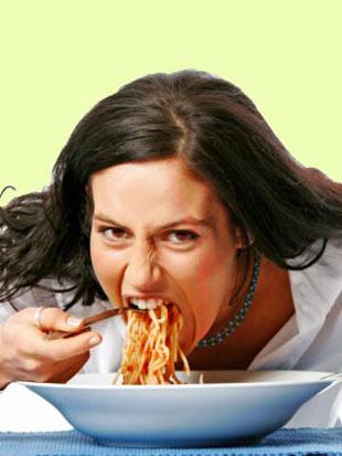 YANLIŞ: Gece yemek yemek insanı şişmanlatır