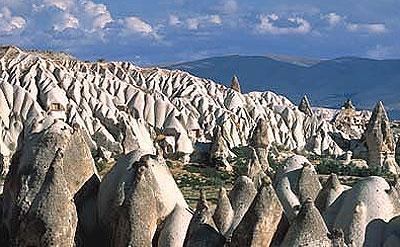 1) Kapadokya'nın yüzey şekilleri nelerdir ve nasıl oluşmuştur?