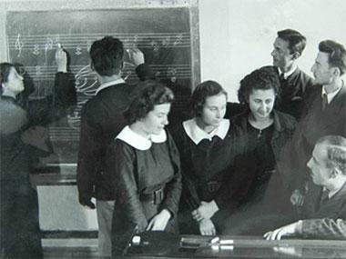 6) Atatürk'ün müzikte açılmasında öncülük ettiği kurumlar nelerdir?