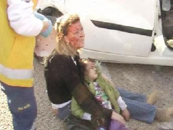 Yaralı anne, kızı için çırpındı