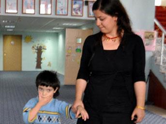 Minik Zeynep'i öğretmen şefkati yürüttü