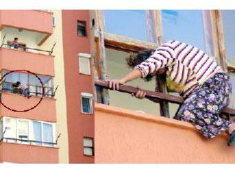 Temizlikçi kadın, balkon penceresinde sıkıştı