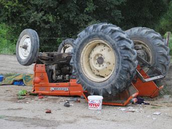 Traktör devrildi; 2 ölü, 3 yaralı