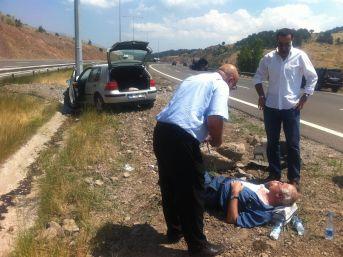 Otoyolda elektrik direğine çarpan otomobil alev aldı: 1 yaralı